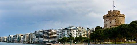 Панорамный взгляд белых башни и портового района в Thessaloniki Стоковые Изображения