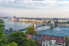Панорамный взгляд Будапешта и здания парламента в Венгрии в красивой осени стоковые изображения rf