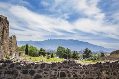 Панорамный взгляд вулкана Vesuvius от загубленного старого городка Геркуланума, Помпеи, с облаками цирруса в небе, Pompei, Na Стоковые Фотографии RF