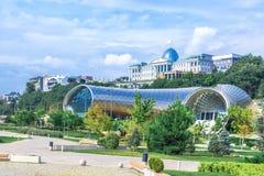 Панорамный взгляд выставочного зала театра музыки концерта в парке Тбилиси Rike лета, Georgia Красивый новый парк в cente города стоковые изображения