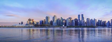 Панорамный взгляд горизонта Ванкувера на заходе солнца стоковые изображения