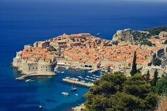 Панорамный взгляд города Дубровник с голубой водой стоковое фото rf