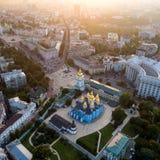 Панорамный взгляд города Киева Вид с воздуха ` s St Michael Золот-придал куполообразную форму монастырь и собор Sophia в стоковые изображения