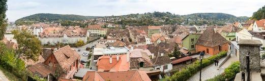 Панорамный взгляд города от крепостных стен старого города Sighisoara в Румынии Стоковая Фотография RF