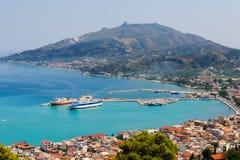 Панорамный взгляд городка со своей Мариной, острова Zante Закинфа, Греции стоковое изображение