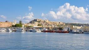 Панорамный взгляд городка Milazzo от моря стоковая фотография