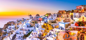 Панорамный взгляд городка Oia, острова Santorini, Греции на заходе солнца стоковые фото