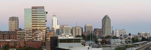 Панорамный взгляд городского Raleigh, NC - октября 2018: Raleigh, горизонт ночи Северной Каролины стоковая фотография