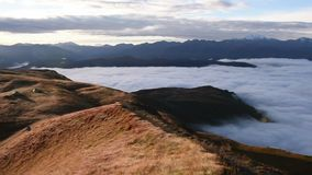 Панорамный взгляд горы Mheer снятый от пропуска Guli Верхнее Svaneti, Mestia около пропуска Ushba Georgia, Европа Видео Hd сток-видео