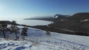 Панорамный взгляд гор зимы акции видеоматериалы