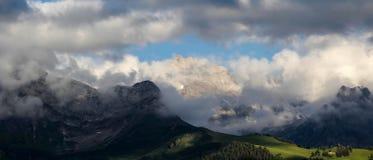 Панорамный взгляд гор и наклона Стоковые Фотографии RF