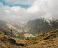 Панорамный взгляд долины горы острова Санты Antao в Кабо-Верде Большие облака двигая над горами и Стоковая Фотография RF