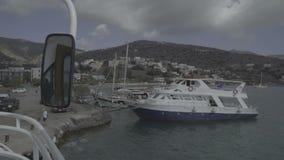 Панорамный взгляд залива Elounda с островом ландшафт побережья Крита Spinalonga, Греции круиза вдохновляющий, зеркало видеоматериал