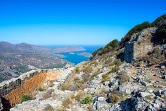 Панорамный взгляд залива Mirambello с островом Spinalonga Взгляд от горы Oxa с руинами старых цистерн с водой Стоковое Фото