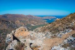 Панорамный взгляд залива Mirambello с островом Spinalonga Взгляд от горы Oxa с руинами старых цистерн с водой Стоковые Изображения