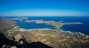 Панорамный взгляд залива Mirambello с островом Spinalonga Взгляд от горы Oxa с руинами старых цистерн с водой Стоковое фото RF