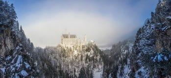 панорамный взгляд замка в снежных скалистых горах, Нойшванштайна Стоковая Фотография
