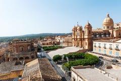 Панорамный взгляд здание муниципалитета Noto барочных и собора, места всемирного наследия ЮНЕСКО, Сицилии, Италии Стоковая Фотография RF