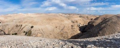 Панорамный взгляд каньона Kelt вадей с платформой просмотра около Mizpe Jerojo в Израиле стоковое изображение rf