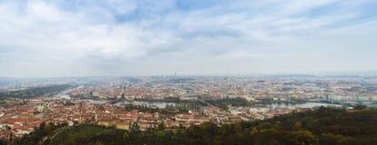Панорамный взгляд Карлова моста и других мостов над рекой Влтавы и старым городом от наблюдательной вышки холма Petrin Прага Стоковые Изображения RF