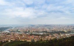 Панорамный взгляд Карлова моста и других мостов над рекой Влтавы и старым городом от наблюдательной вышки холма Petrin Прага Стоковое Изображение