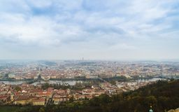 Панорамный взгляд Карлова моста и других мостов над рекой Влтавы и старым городом от наблюдательной вышки холма Petrin Прага Стоковые Изображения