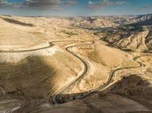 Панорамный взгляд короля Шоссе восходя дорога к северу от резервуара Mujib вадей в Джордане, Ближний Востоке стоковая фотография