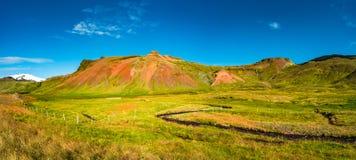 Панорамный взгляд красивого красочного исландского ландшафта, Icelan Стоковое Изображение RF