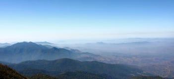 Панорамный взгляд красивой горы против голубого неба на лотке Kew Mae в национальном парке Doi Inthanon, Чиангмае, Таиланде Стоковая Фотография