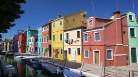 Панорамный взгляд красивых пестротканых домов и канала в Burano, Венеции видеоматериал