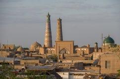Панорамный взгляд крыш и минаретов городка Khiva старого в mornin стоковые фото