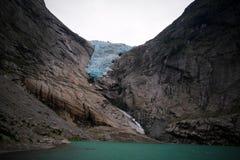 Панорамный взгляд к леднику Briksdal в Норвегии стоковые изображения