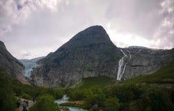 Панорамный взгляд к леднику Briksdal в Норвегии стоковые фото