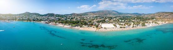 Панорамный взгляд к пляжу Varkiza на южном riviera Афин стоковое изображение rf