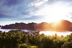 Панорамный взгляд к Phi-Phi Дон от точки зрения на времени захода солнца стоковые фотографии rf