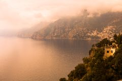 Панорамный взгляд ландшафта горы Амальфи на среднеземноморском побережье в тумане утра, Италия Стоковые Изображения RF