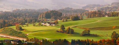 Панорамный взгляд ландшафта красивой горы сельского в острословии Альпов Стоковые Фотографии RF