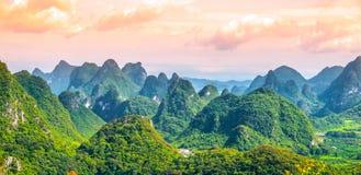 Панорамный взгляд ландшафта с karst выступает вокруг провинции графства Yangshuo и реки Li, Guangxi, Китая стоковое фото rf