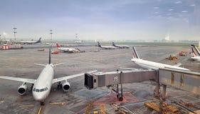 Панорамный взгляд международного аэропорта, много воздушных судн Стоковые Изображения