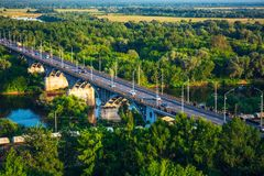 Панорамный взгляд моста над рекой Klyazma в городе Владимира с железнодорожными и зелеными деревьями стоковое изображение rf