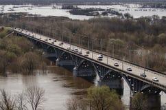 Панорамный взгляд моста над рекой Klyazma в городе Владимира с железнодорожными и зелеными деревьями в летнем дне стоковая фотография rf