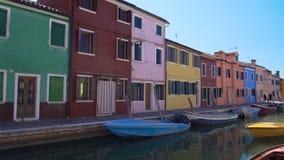 Панорамный взгляд на венецианском канале и похожих на кукл красочных домах, Burano, Венеции акции видеоматериалы