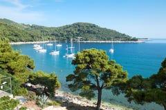 Панорамный взгляд на гавани Saplunara. Хорватия Стоковые Изображения
