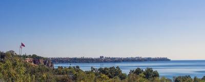 Панорамный взгляд на городе Антальи, старый городок Kaleici и Средиземное море от пляжа паркуют индюк antalya Стоковая Фотография