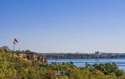 Панорамный взгляд на городе Антальи, старый городок Kaleici и Средиземное море от пляжа паркуют индюк antalya Стоковая Фотография RF