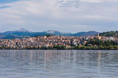 Панорамный взгляд на городке кастории и озере Orestias Греция Стоковые Фотографии RF