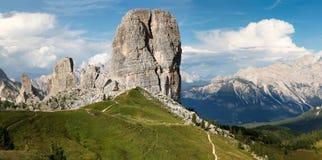 Панорамный взгляд на итальянских доломитах 5 башен и Croda d стоковые изображения