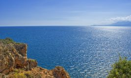 Панорамный взгляд на Средиземном море от скалы индюк antalya Стоковая Фотография