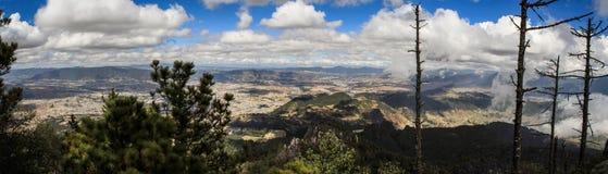 Панорамный взгляд на Quetzaltenango и горы вокруг, от саммита Cerro Quemado, Quetzaltenango, Altiplano, Гватемала стоковое фото rf