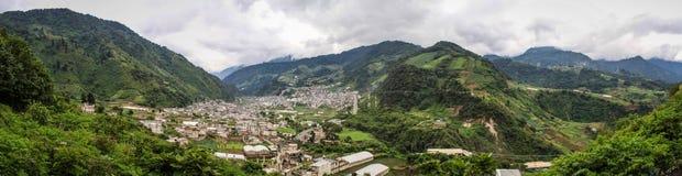 Панорамный взгляд на Zunil, Quetzaltenango, Altiplano, Гватемала, Стоковые Изображения